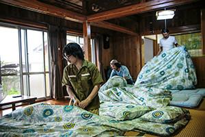 12.みんなで宿泊先の古民家で布団を敷く。雰囲気いいですねー