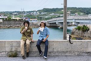 5.そして海辺で猫ちゃんと一緒に食べる。沖縄らしい過ごし方