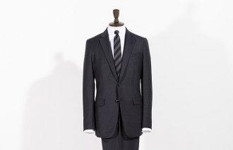 """スーツセレクトの新提案 01<br>トレンドのリラックスモードが粋な""""スリムテーパードスーツ"""""""