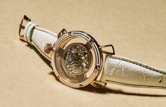 高貴なアクセサリーのように大人の腕元でアピールする時計
