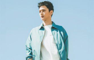30代に人気のコーデ3位は、ブルーのシャツアウターを使ったクリーンコーデ