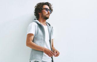 30代に人気のコーデ2位はスウェット&白Tシャツのスポーティな着こなし