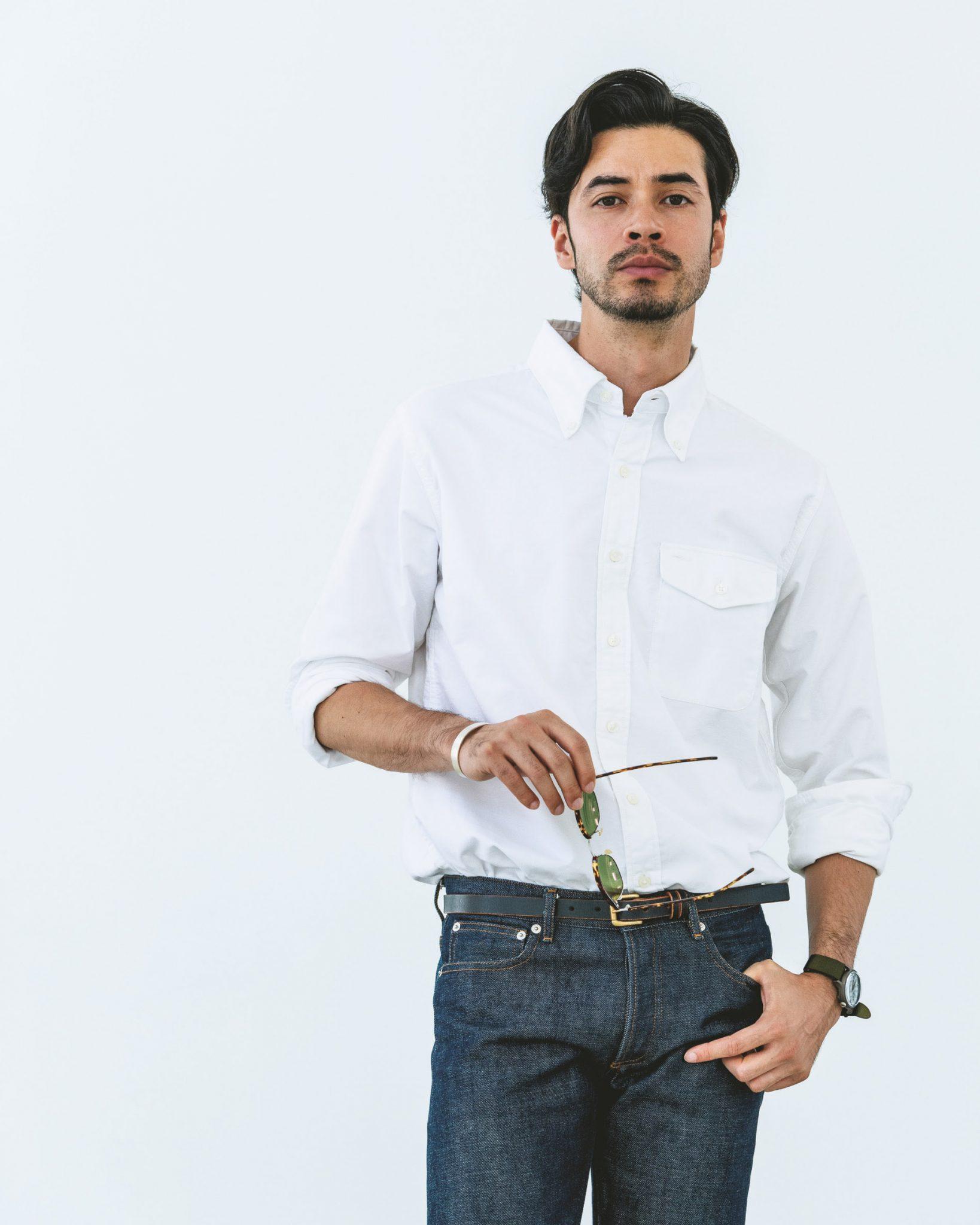 1ecccceab54a1 濃紺のリジッドデニムを合わせて白シャツの清潔感をさらに際立たせたスタイリング。ちょっとルーズにタックインすることで大人の余裕も主張している。
