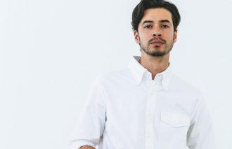 「白シャツ」をワイルド&タフに着こなすメソッド!着こなし次第でイメージが変わる超基本のシャツ