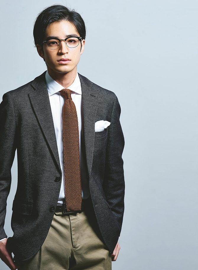 307ede49a7204 ブラウン系で柔和な印象を漂わせるジャケパンスタイルならば、メガネは締める意味でもブラックを選びたい。